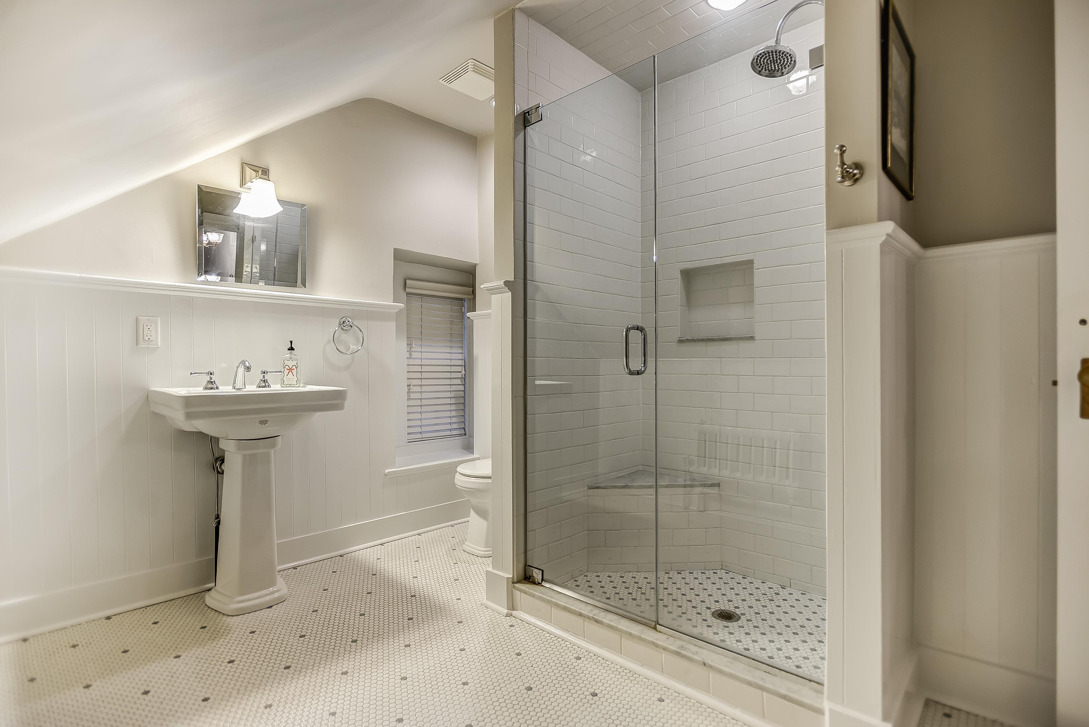 20 – Third Level Full Bath – 67 Oak Ridge Avenue