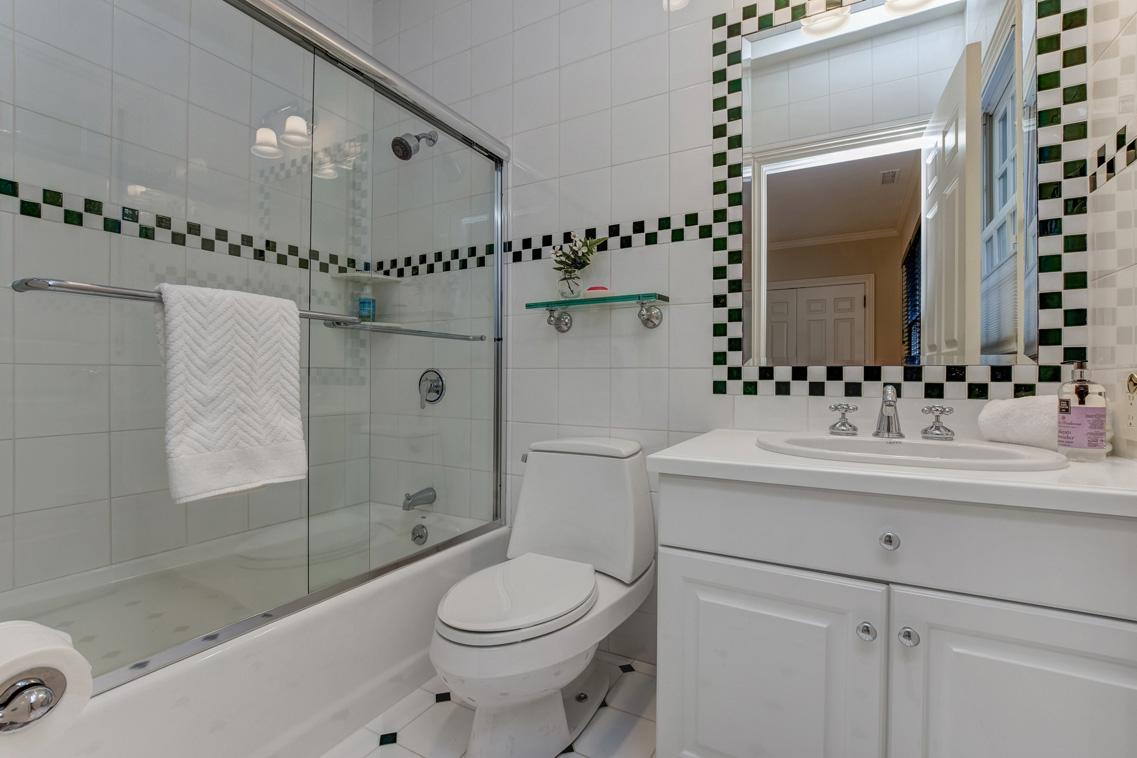 16 – 26 Woodcrest Avenue – Bedroom 4 En Suite Bath