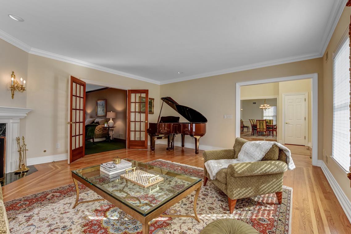 5 – 26 Woodcrest Avenue – Living Room
