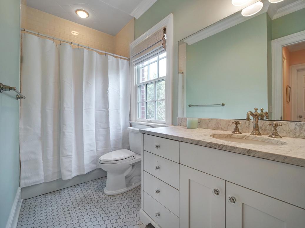 16- 28 Montview Avenue – Full Bath