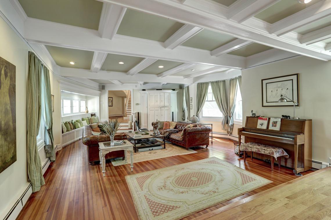 7 – 407 Hobart Avenue – Incredible Living Room
