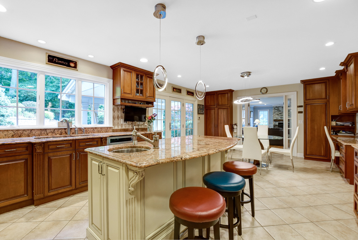 10 – 48 Holly Drive – Gourmet Eat-in Kitchen