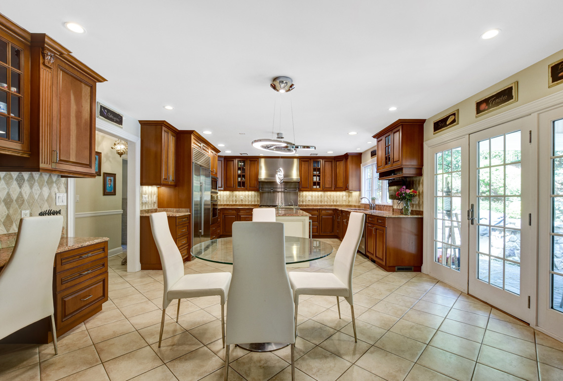 11 – 48 Holly Drive – Gourmet Eat-in Kitchen