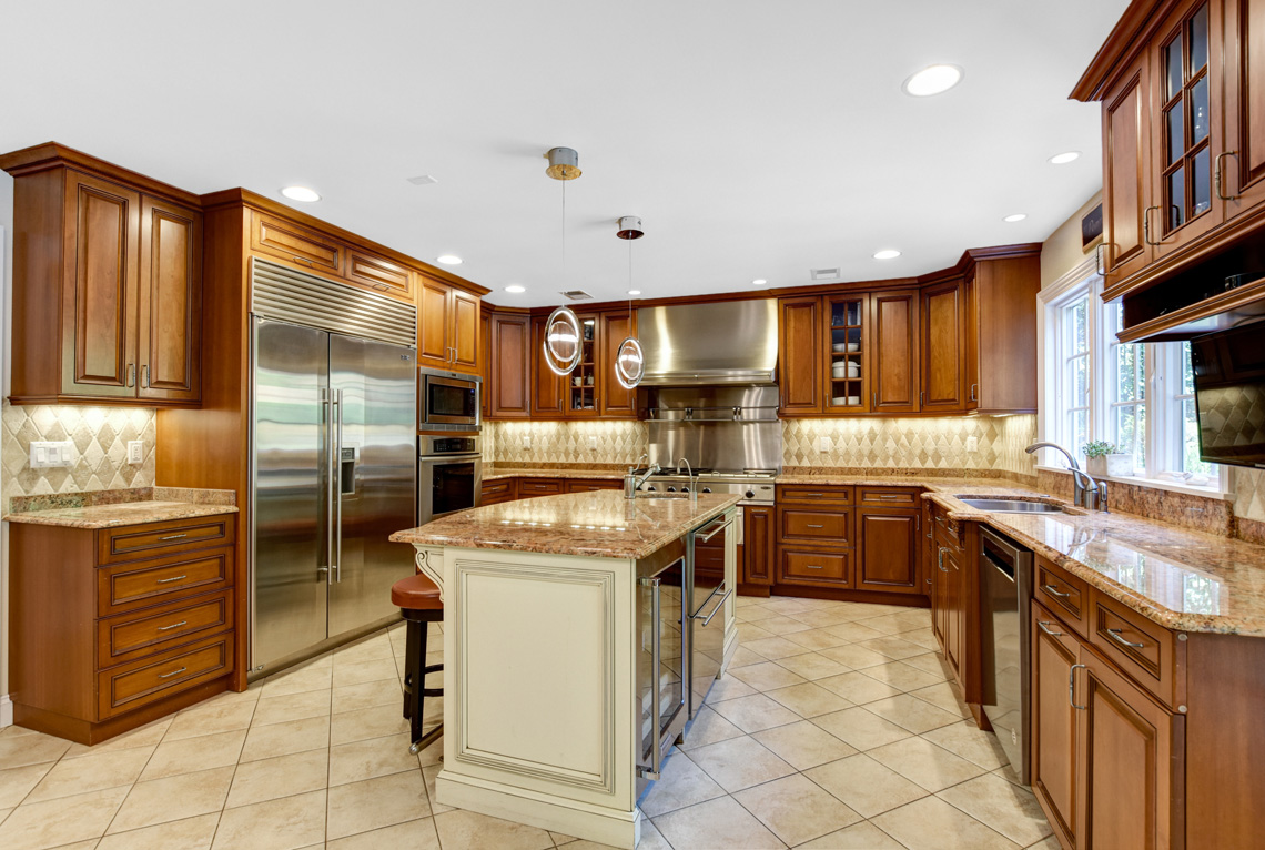 13 – 48 Holly Drive – Gourmet Eat-in Kitchen
