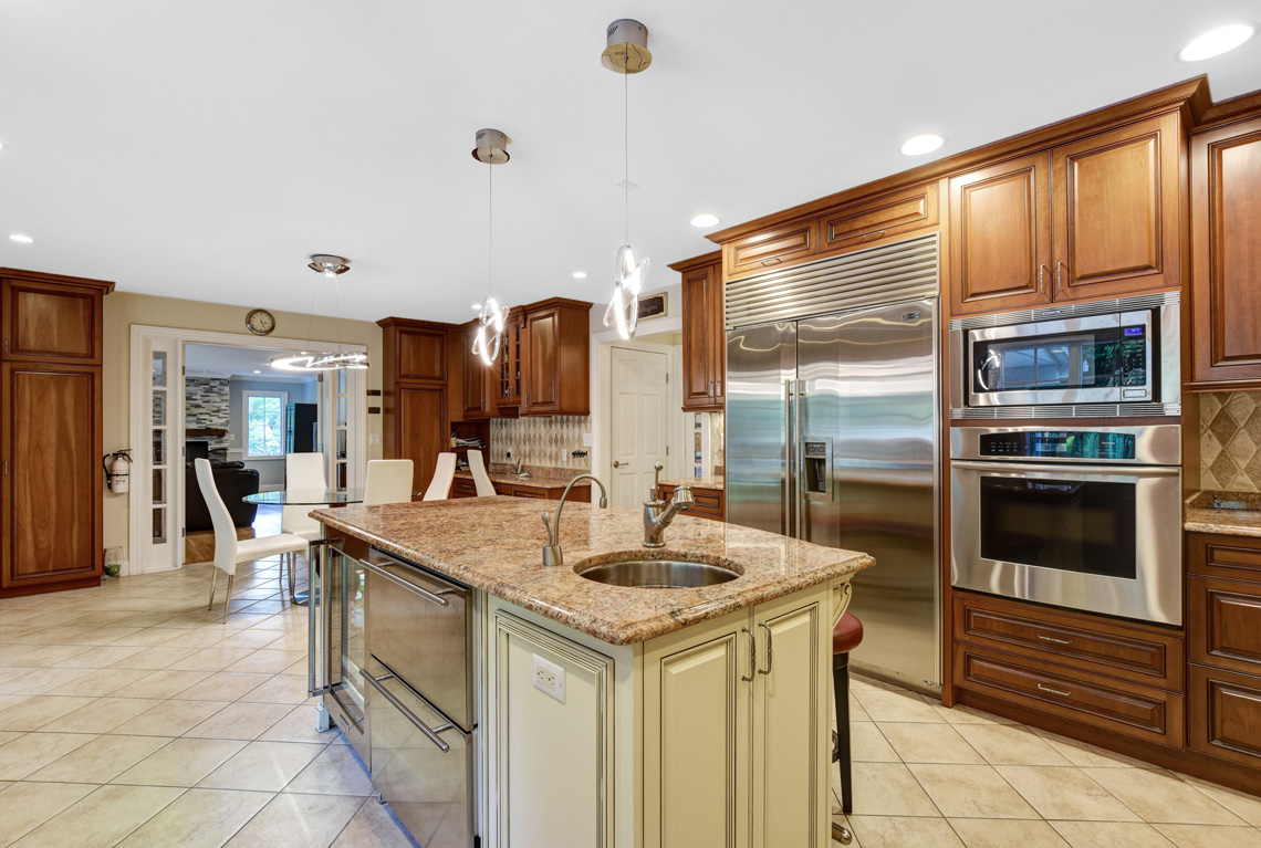 14 – 48 Holly Drive – Gourmet Eat-in Kitchen