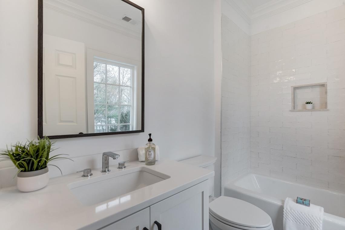 19 – 16 Sheridan Drive – En Suite Full Bath