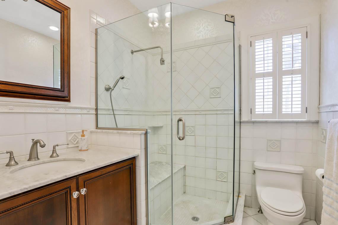 15 – 136 Hobart Avenue – Master Bath
