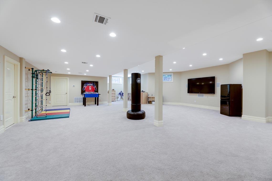 22 – 7 W Beechcroft Road – Spacious Recreation Room