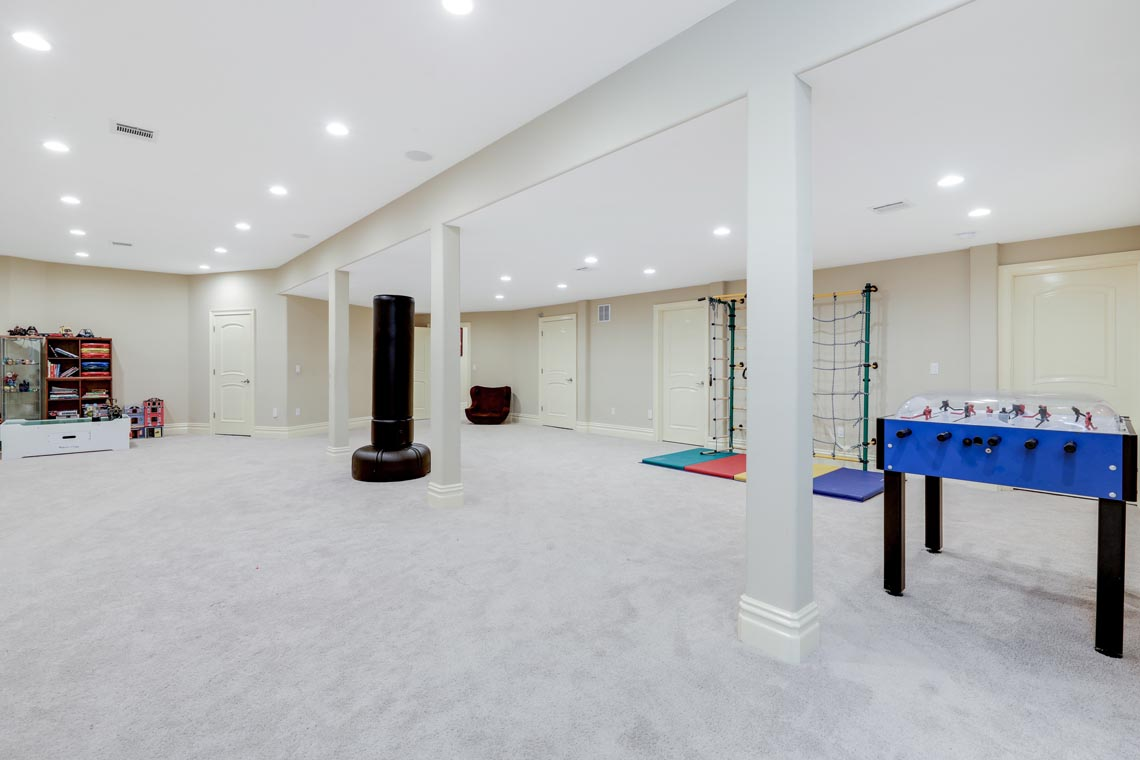 23 – 7 W Beechcroft Road – Spacious Recreation Room
