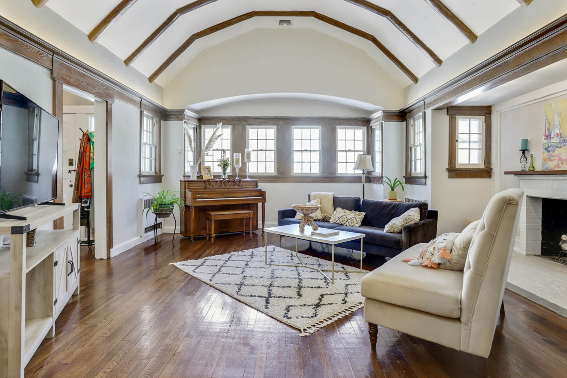 3- 136 Hobart Avenue – Living Room