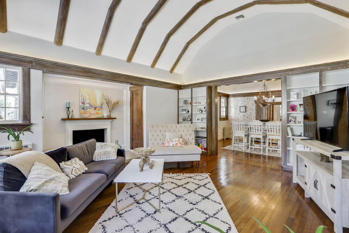 5 – 136 Hobart Avenue – Living Room