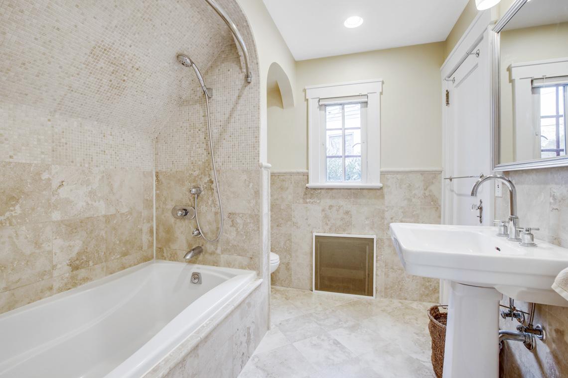 20 – 11 Wyndham Road – Beautiful Full Bath