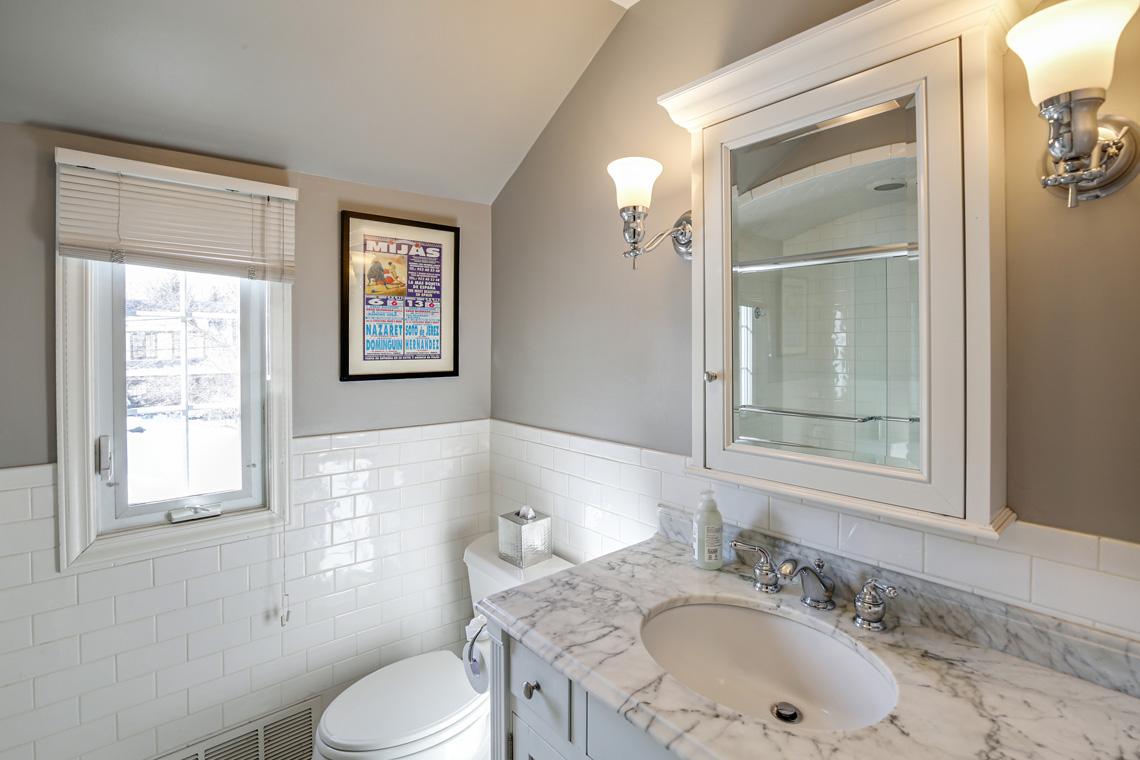 21 – 17 Colonial Way – Hall Bath