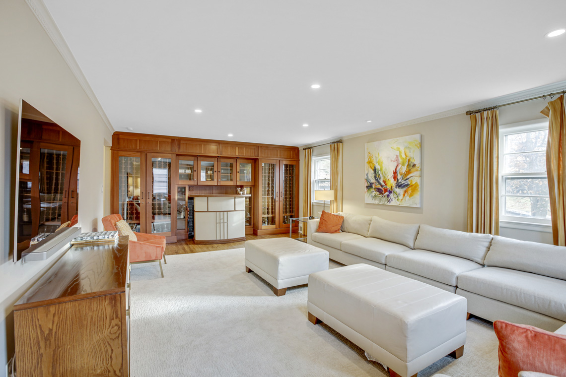 9 – 304 Forest Dr South – Family Room