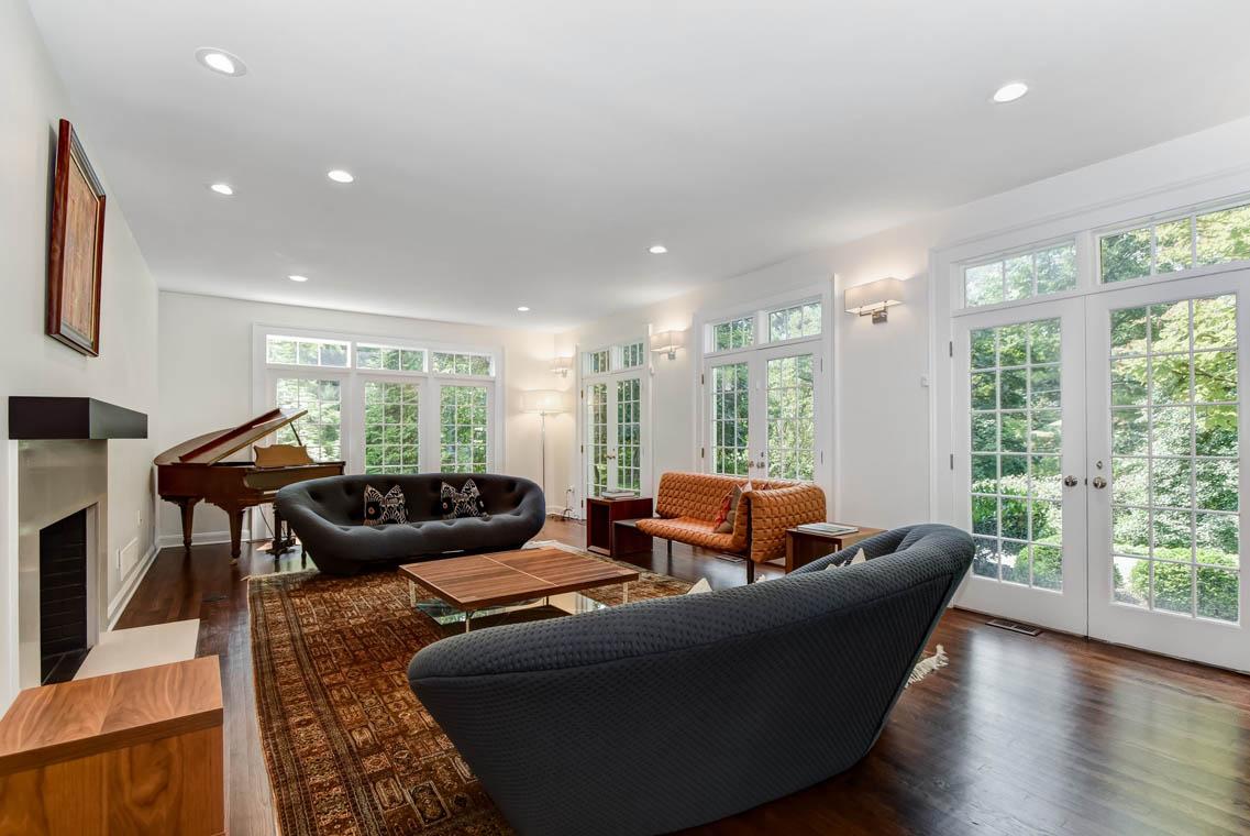 11 – 75 Minnisink Road – Living Room