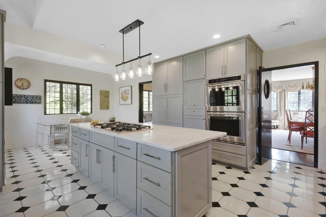 10 – 1 Twin Oak Road – Gourmet Eat-in Kitchen.jpg