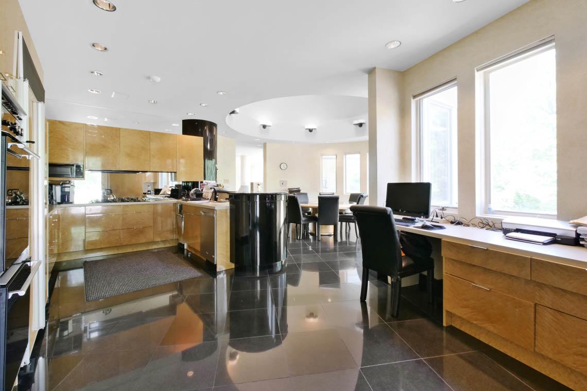 12 – 5 Lockhern Court – Eat-in Kitchen