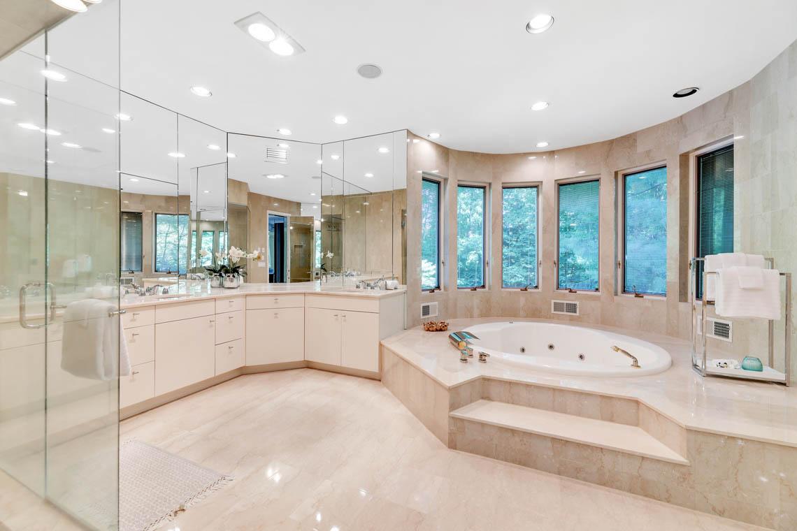 18 – 261 Hartshorn Drive – Master Bath
