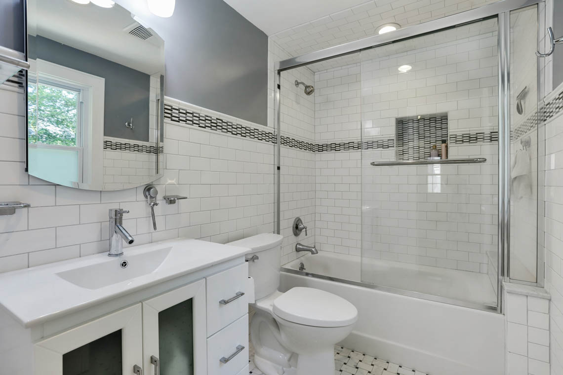 19 – 59 Wellington Avenue – Beautiful Full Bath