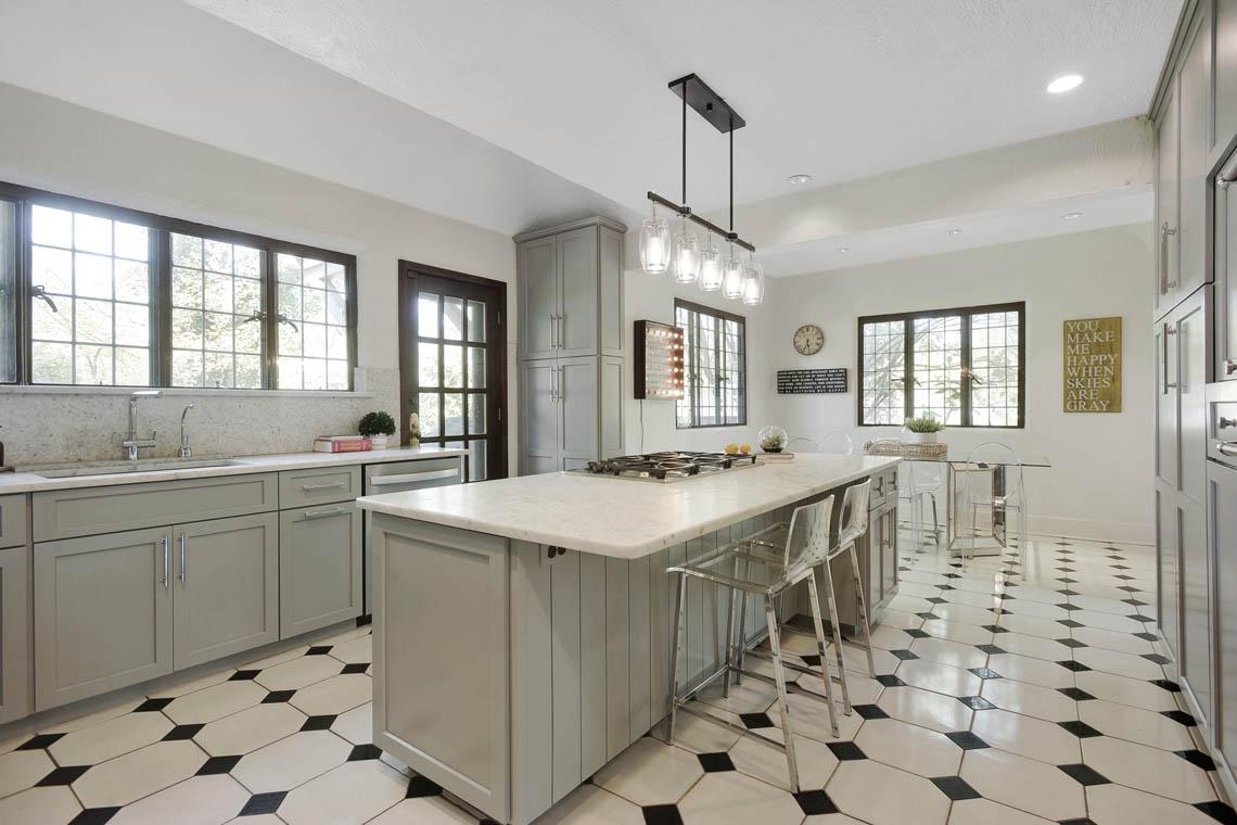 9 – 1 Twin Oak Road – Gourmet Eat-in Kitchen