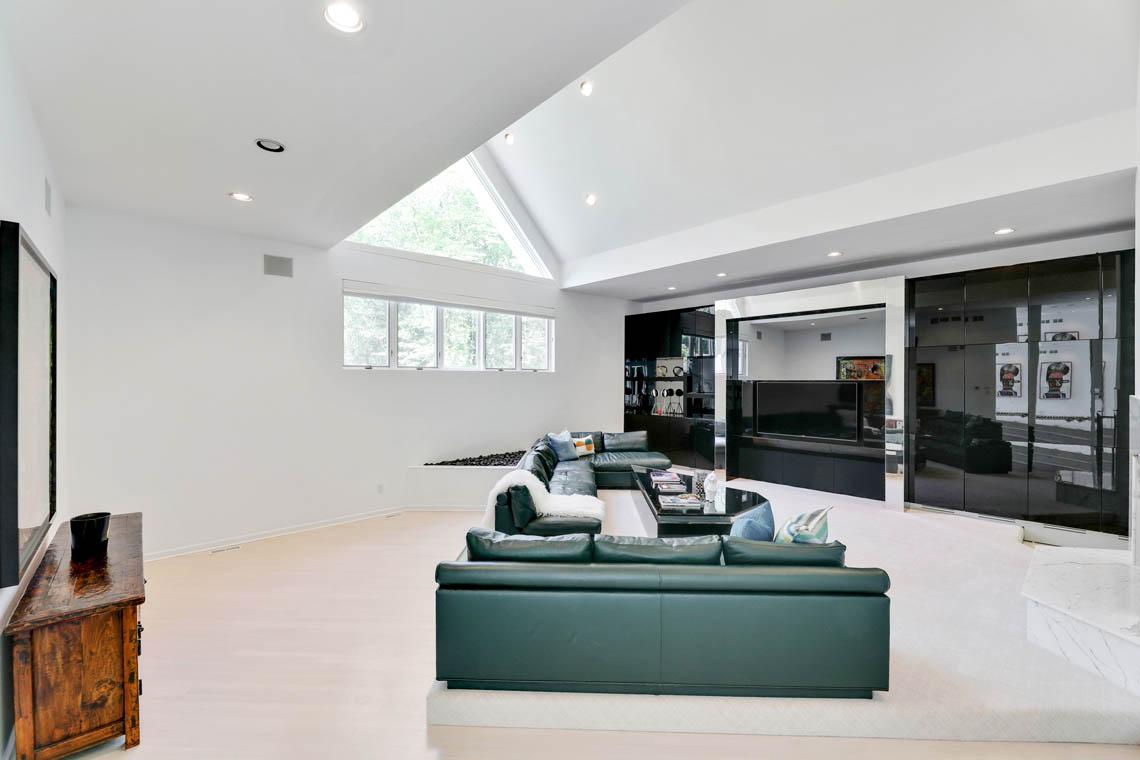 9 – 261 Hartshorn Drive – Living Room