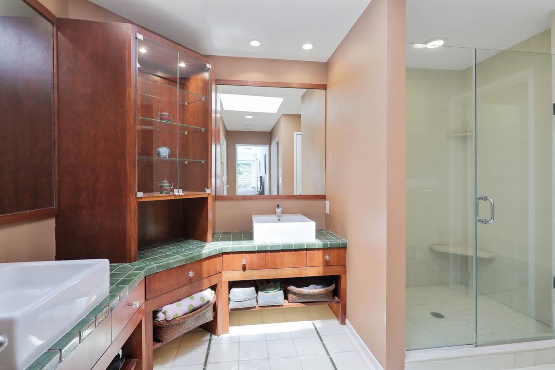 17 – 39 Delwick Lane – Master Bath