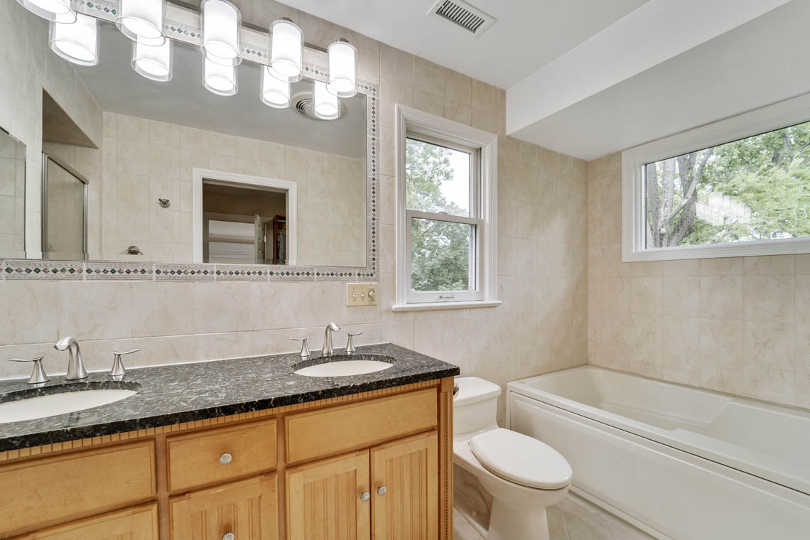 19 – 280 Forest Drive South – Master Bath