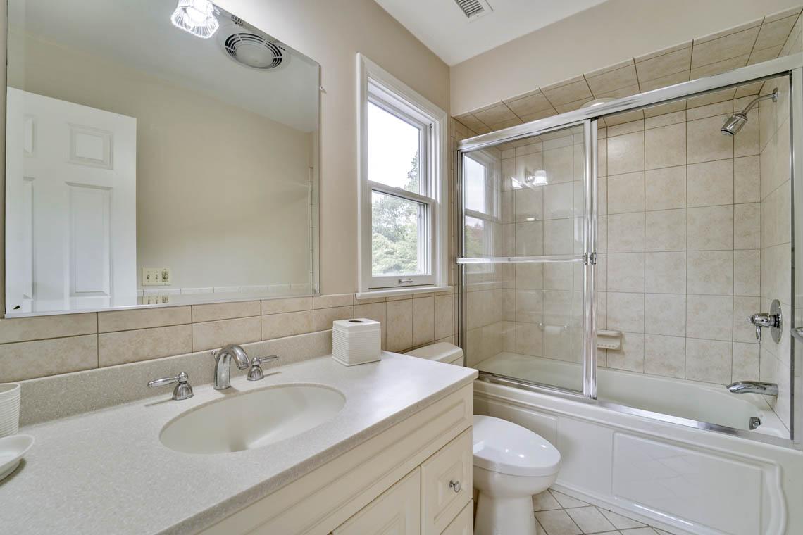 22 – 280 Forest Drive South – En Suite Bath