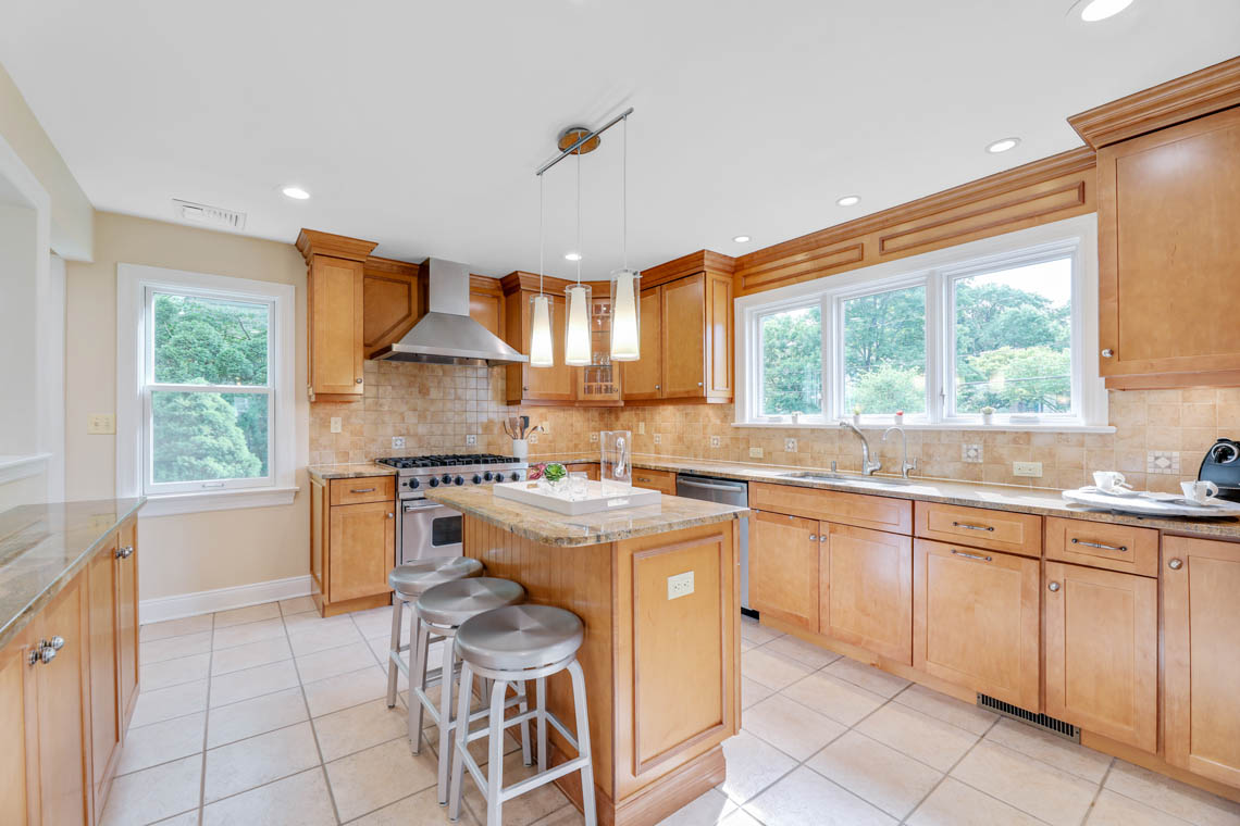 7 – 280 Forest Drive South – Gourmet Eat-in Kitchen
