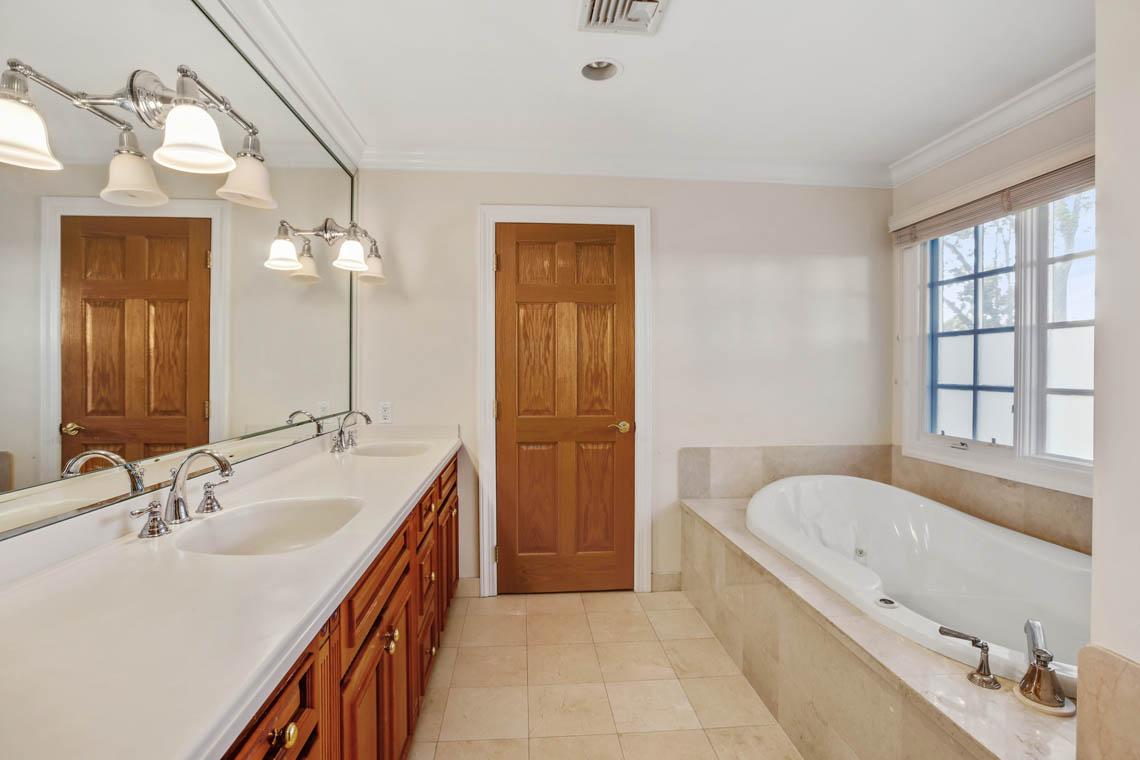 16 – 5 Dorison Drive – Spa-like Primary Bath