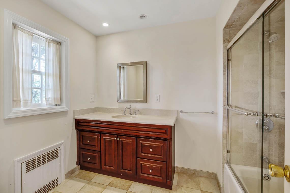 21 – 5 Dorison Drive – En Suite Bath