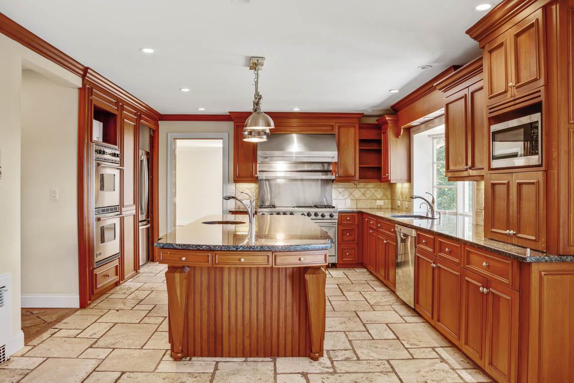 7 – 5 Dorison Drive – Gourmet Eat-in Kitchen