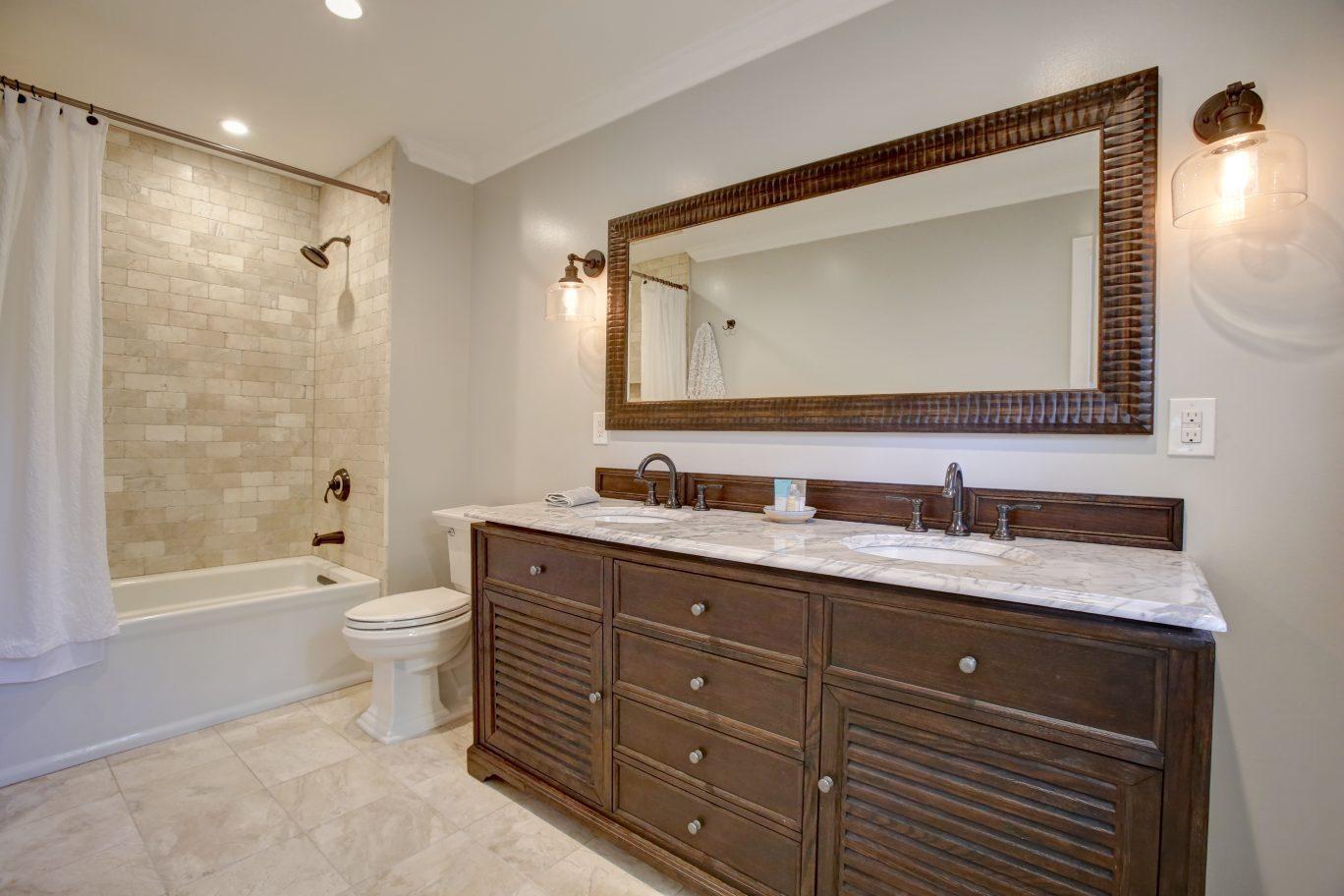 19 – En Suite Bath – 26 Randall Drive