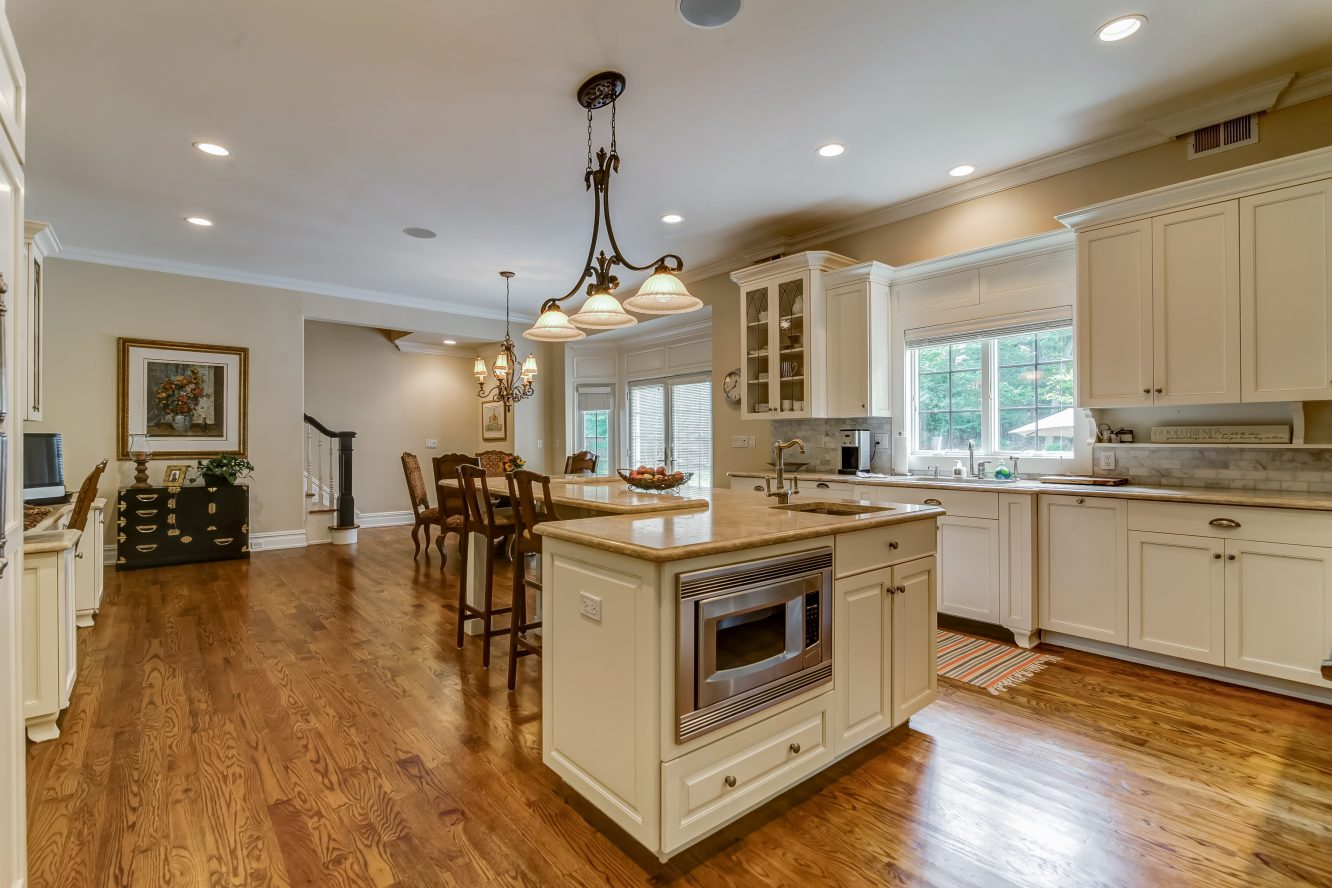10 – 12 Shirlawn Drive – Gourmet Eat-in Kitchen
