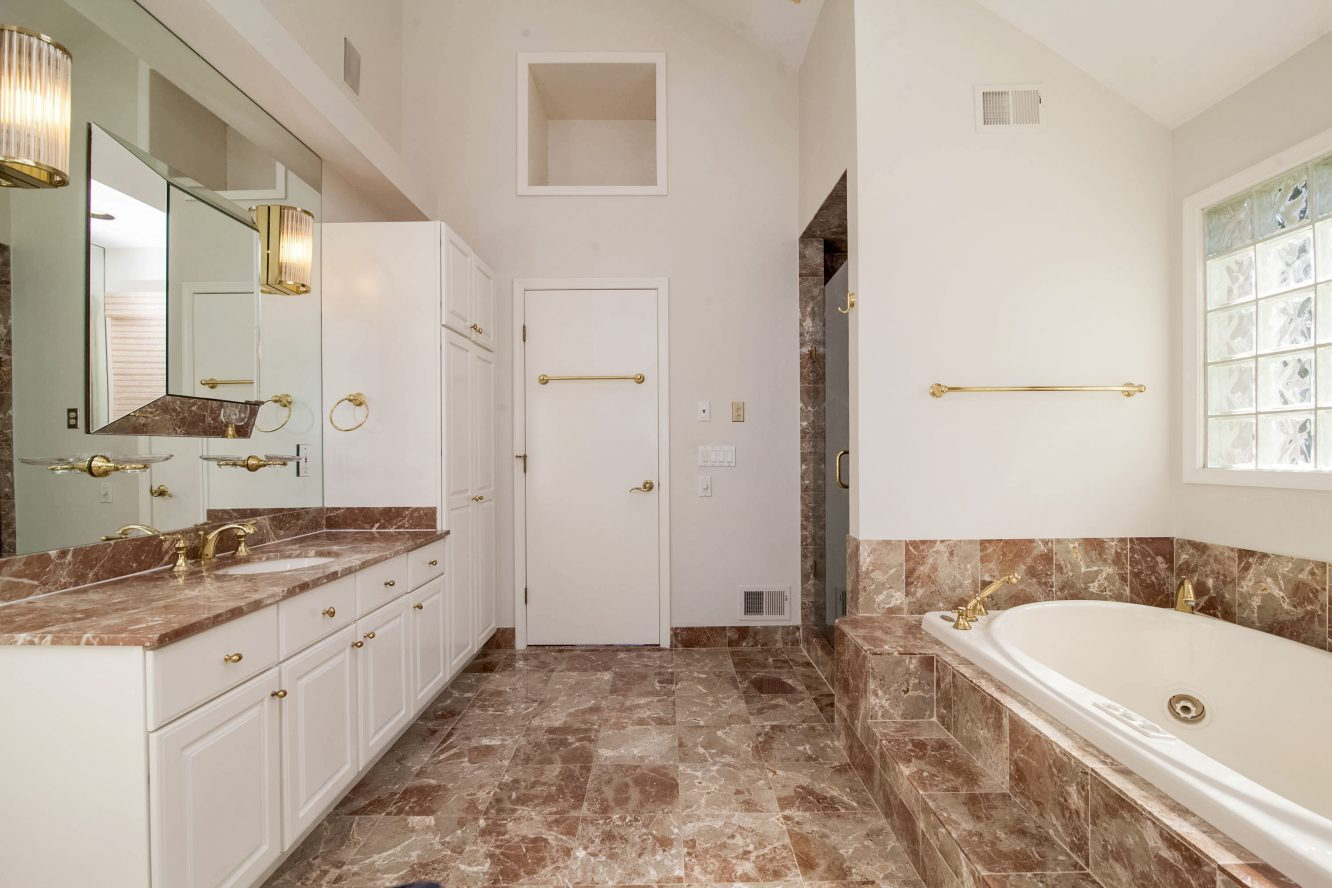 17 – 4 Hadrian Drive – Spa-like Master Bath