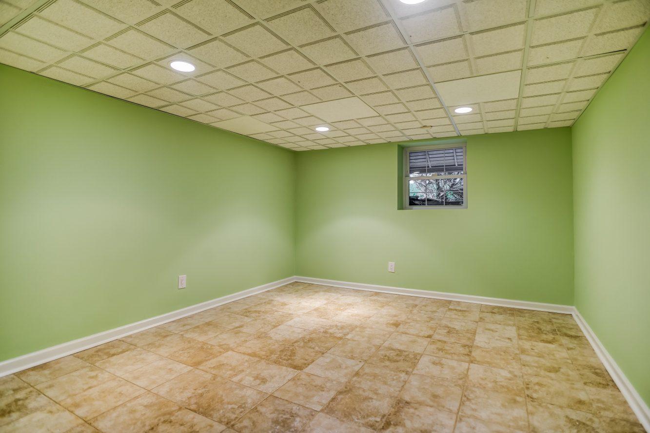 19 – 31 Park Lane – Lower Level Bedroom