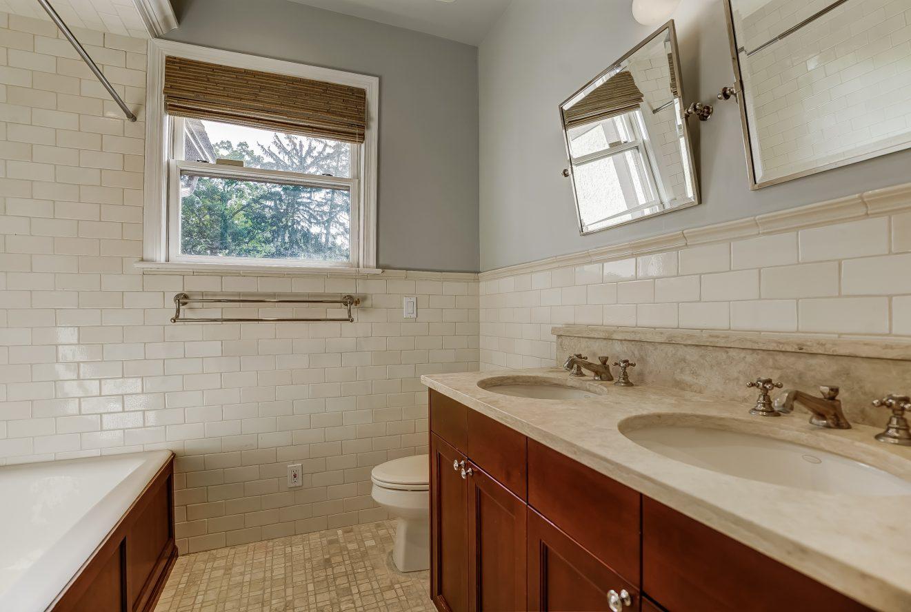 19 – 7 Chestnut Place – Second Level Hall Bath
