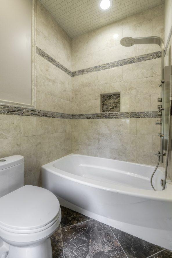 21 – 21 Johnson Drive – 1st Level In-law Suite En Suite Bath