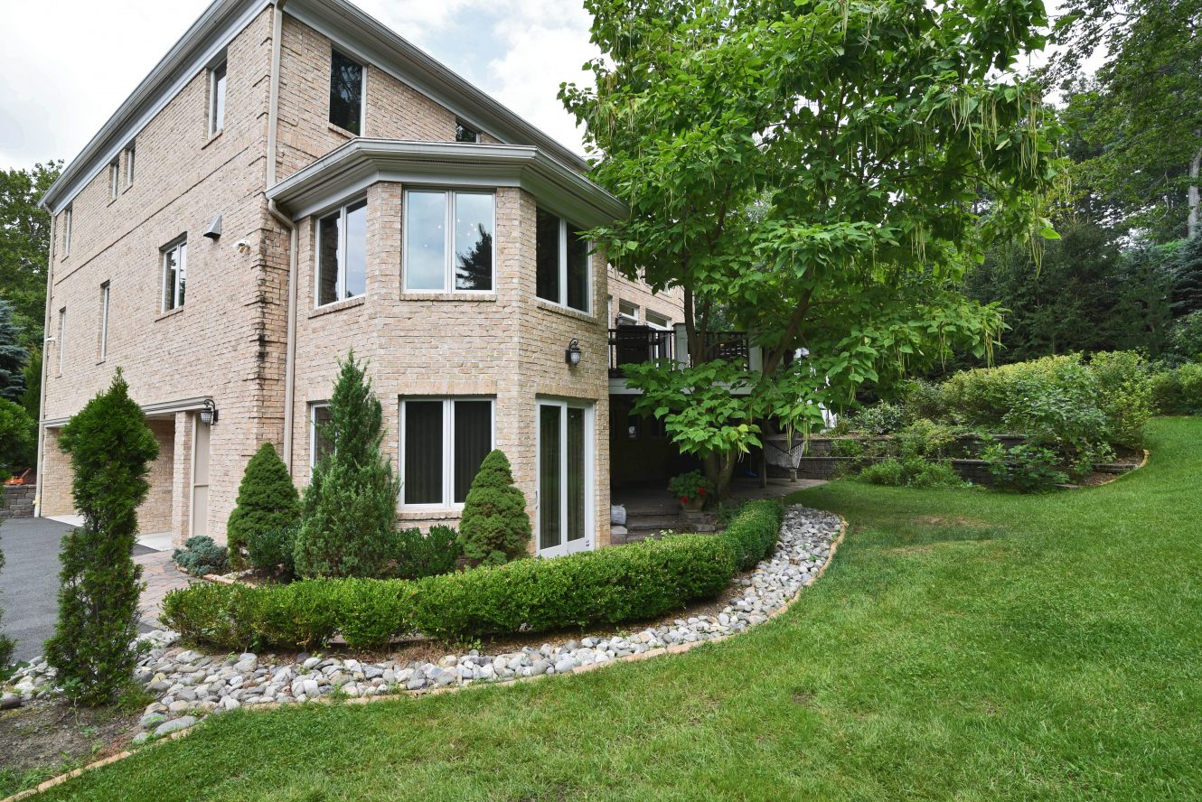 24 – 28 Holly Drive – Gorgeous Landscaping