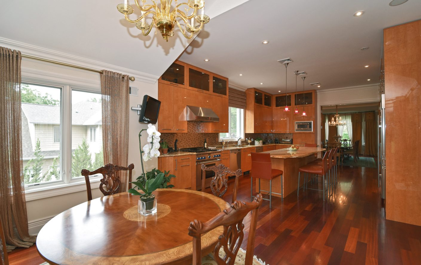 7 – 28 Holly Drive – Gourmet Eat-in Kitchen