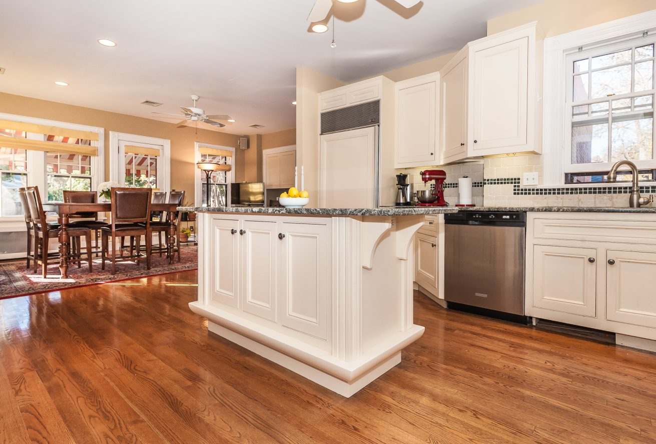8 – 63 Crescent Place – Gourmet Eat-in Kitchen