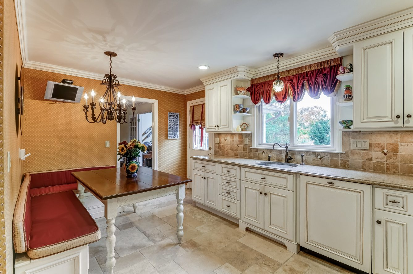 10 – 129 Silver Spring Road – Gourmet Eat-in Kitchen