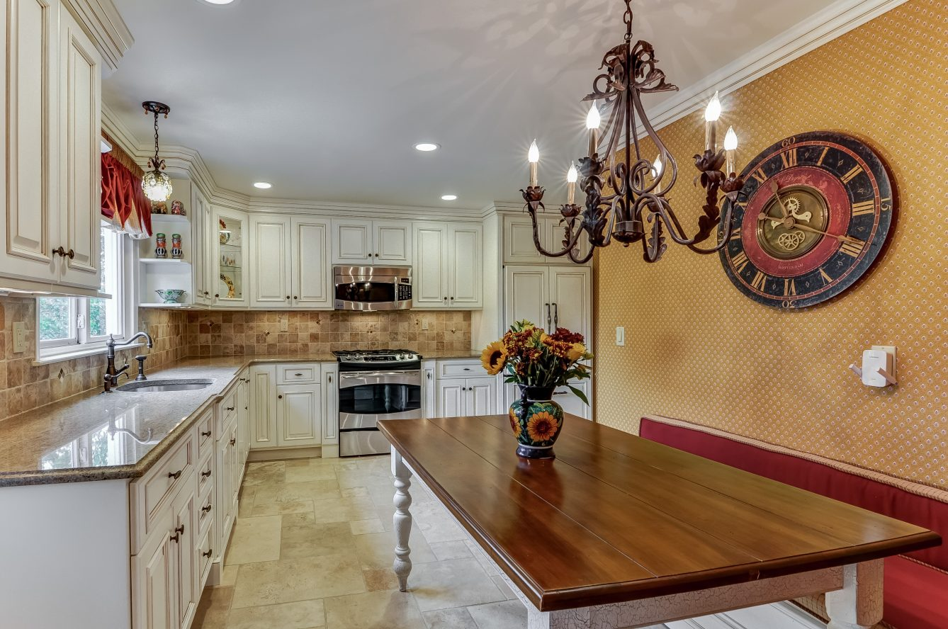 9 – 129 Silver Spring Road – Gourmet Eat-in Kitchen