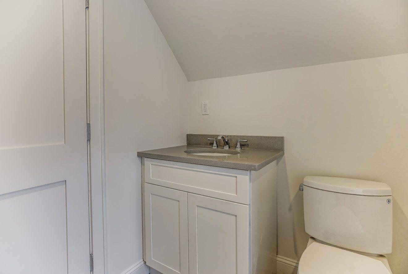 16 – Bedroom 4 En Suite Bath – 24B Gates Avenue