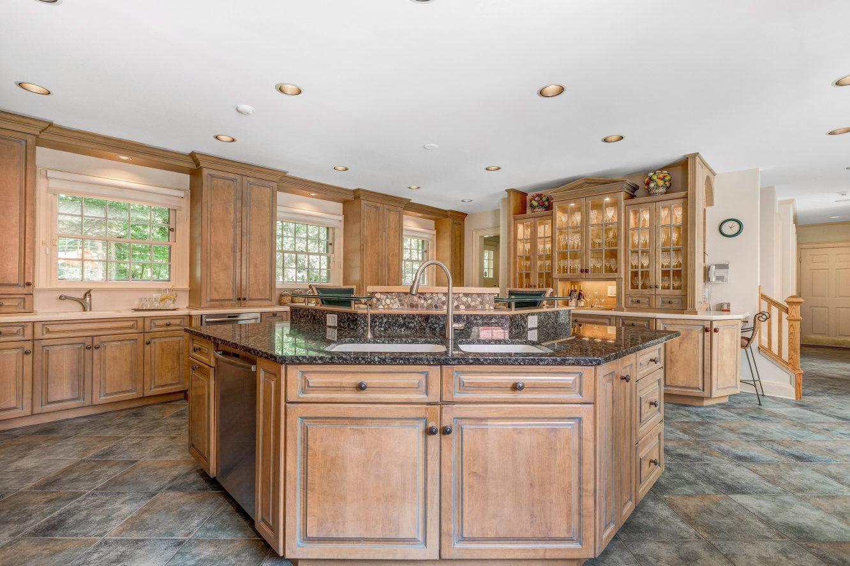 8 – 6 Kimball Circle – Gourmet Eat-in Kitchen