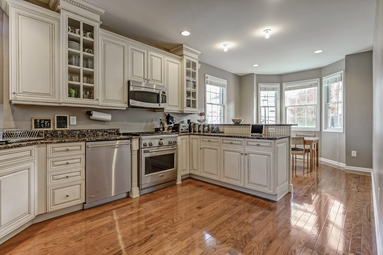 8 – Gourmet Eat-in Kitchen – 31 Cedar Gate Drive