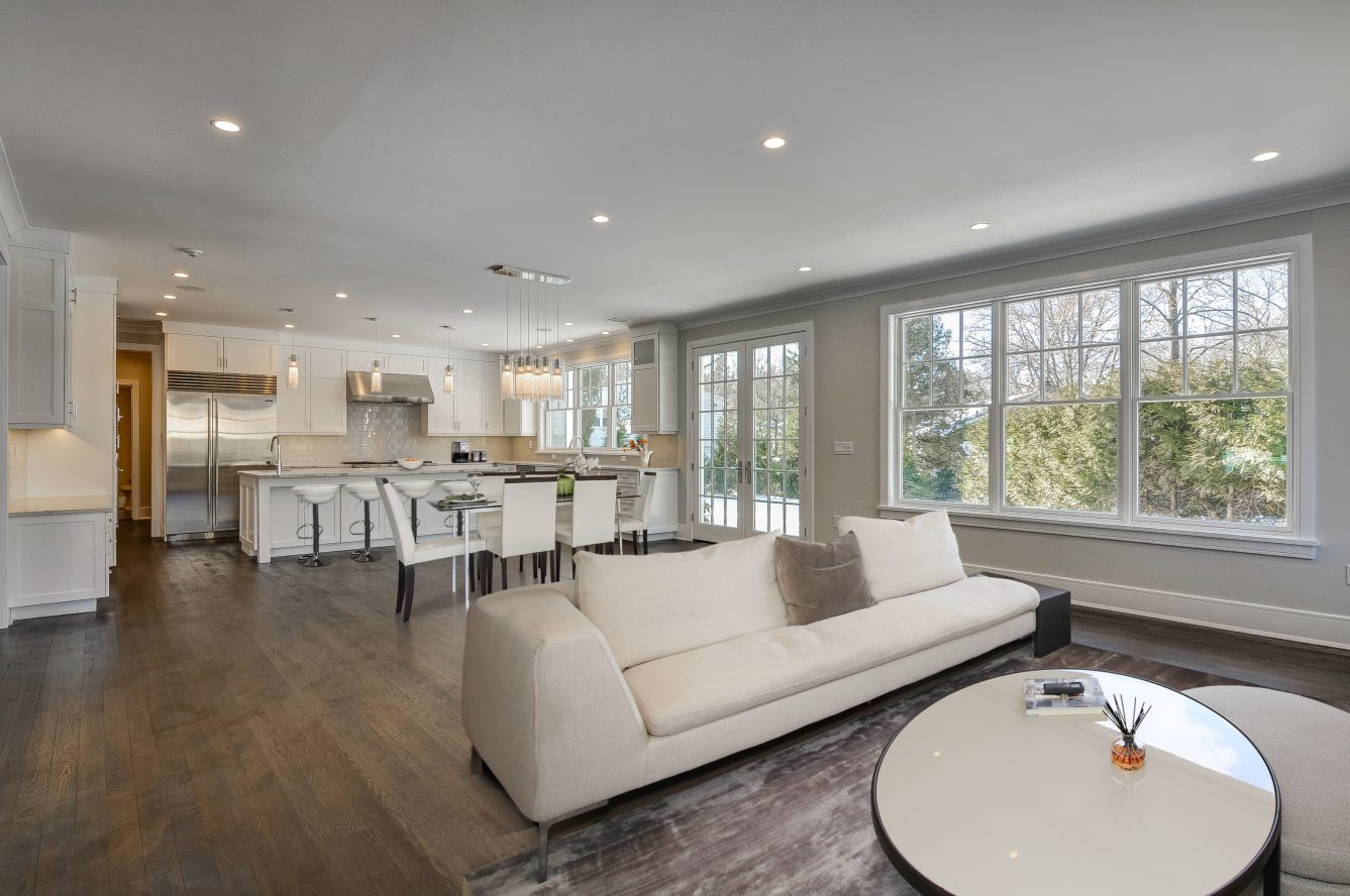 4 – 7 Saratoga Way – Family Room & Gourmet Eat-in Kitchen