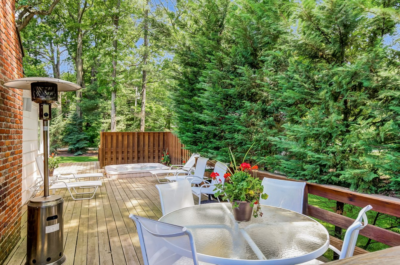 23 – 44 Slope Drive – Incredible Deck