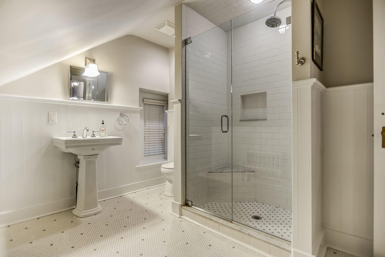 20 – 67 Oak Ridge – 3rd Level Full Bath