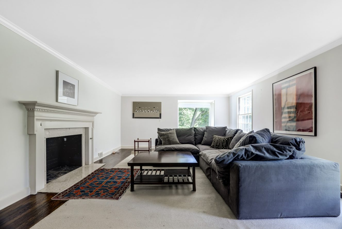 10 – 17 Minnisink Road – Beautiful Living Room with Fireplace
